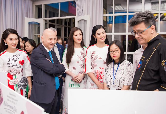 Ba người đẹp cùng tham gia khu vực triển lãm về ẩm thực Italy.