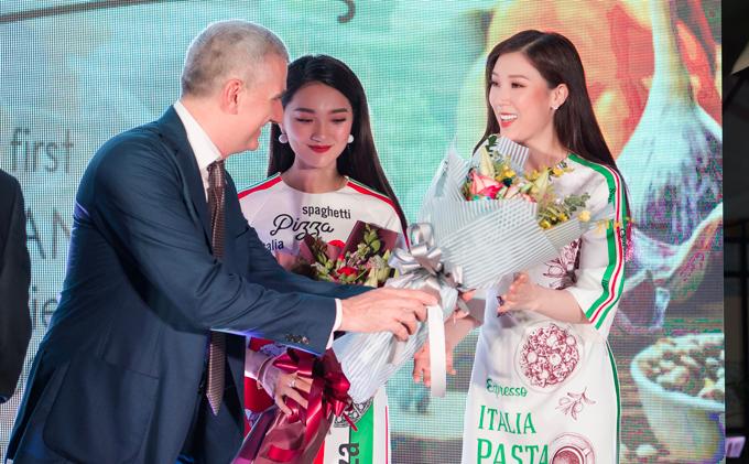 Người đẹp Ngọc Nữ và Hoa hậu Áo dài 2018 Phí Thuỳ Linh rạng rỡ làm khách mời danh dự của sự kiện tối qua.