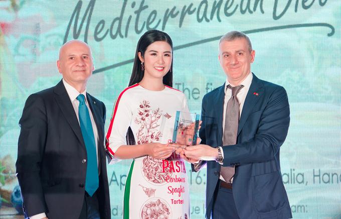 Trong chương trình, Hoa hậu Việt Nam 2010 vinh d