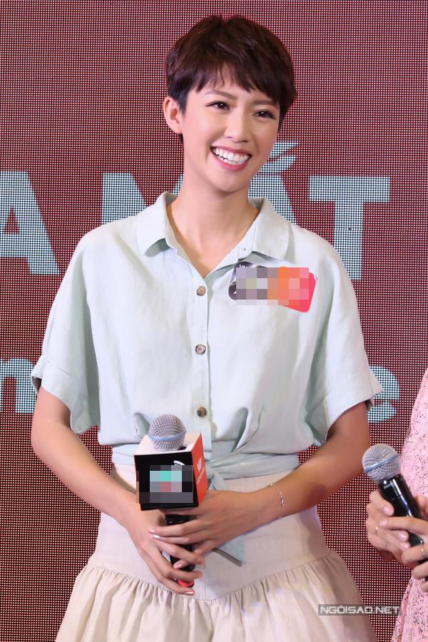 Xinh xắn và thân thiện, Thái Tư Bối chiếm được nhiều cảm tình của khán giả Việt. Trong các sự kiện, Á hậu Hong Kong 2013 nhiều lần chủ động cầm điện thoại chụp hình tự sướng cùng các fan.