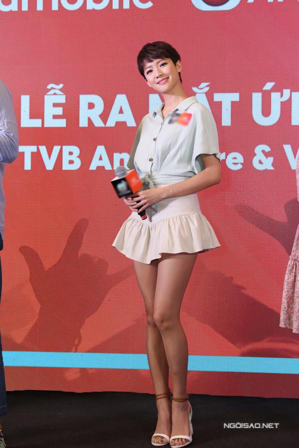 Nữ diễn viên phim Đại soái ca mặc đồ giản dị khoe cặp chân thon dài.