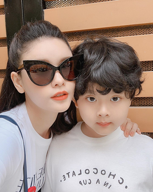 Người em trai đáng yêu của tôi,Trương Quỳnh Anh hài hước bình luận về bức ảnh của mình bên con trai.