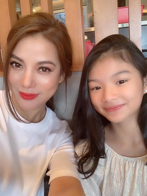 Trương Ngọc Ánh dành thời gian cuối tuần cho con gái.