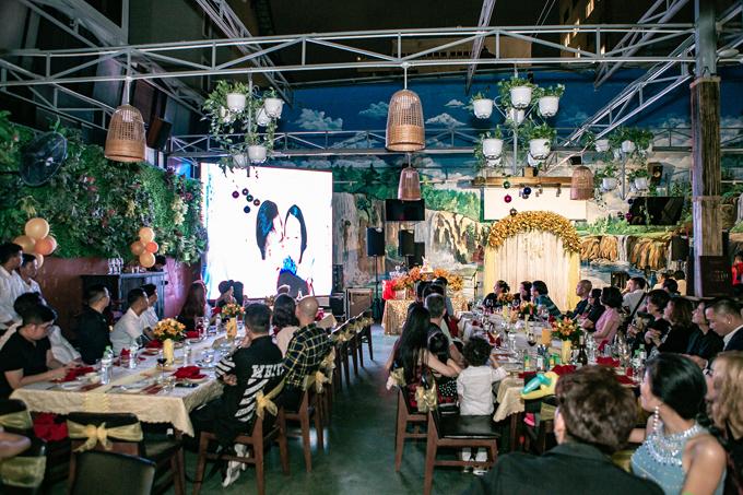Trong tiệc kỷ niệm 5 năm ngày cưới, Tuấn Hưng còn trình chiếu đoạn video ghi lại hành trình tình yêu của anh dành cho bà xã.