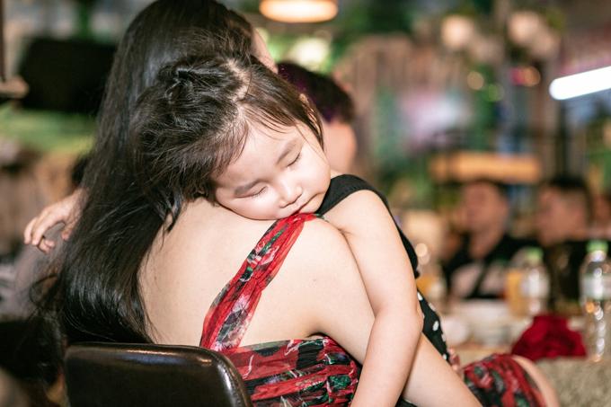 Buổi tiệc kéo dài vài tiếng đồng hồ nên bé Son ngủ gục trên vai mẹ.