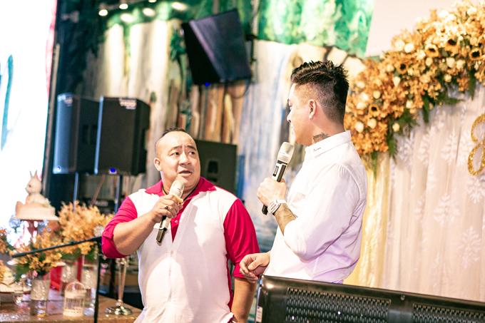 Nghệ sĩ Hiếu Hiền cũng đến dự tiệc của Tuấn Hưng. Cả hai trở thành anh em thân thiết nhiều năm qua, kể từ sau lần đóng chung phim Cho một tình yêu
