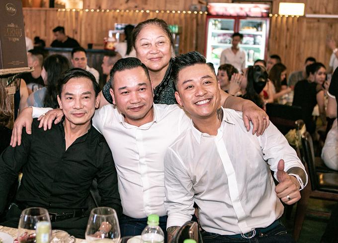 Mẹ ruột Tuấn Hưng bay vào Sài Gòn để chung vui với các con.