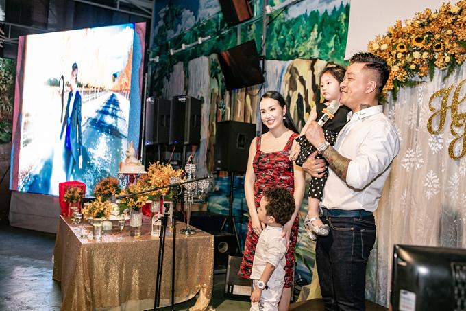 Tối 5/4, vợ chồng Tuấn Hưng mở tiệc kỷ niệm 5 năm ngày cưới tại một nhà hàng ở TP HCM. Từng được xem là anh chàng đào hoa của showbiz nhưng từ lúc kết hôn với Hương Baby, cựu thành viên Quả Dưa Hấu thay đổi nhiều về tính cách và quan điểm sống. Anh luôn hướng về gia đình và không ngần ngại bày tỏ tình yêu dành cho bà xã cùng hai con. Sau 5 năm chung sống, cặp đôi có hai con Su Hào và bé Son. Trong năm nay, con thứ ba của họ sẽ chào đời. Tại bữa tiệc, dù bụng bầu ngày một lớn,bà xã Tuấn Hưng vẫn rạng rỡ. Cả hai chưa tiết lộ giới tính của em bé.