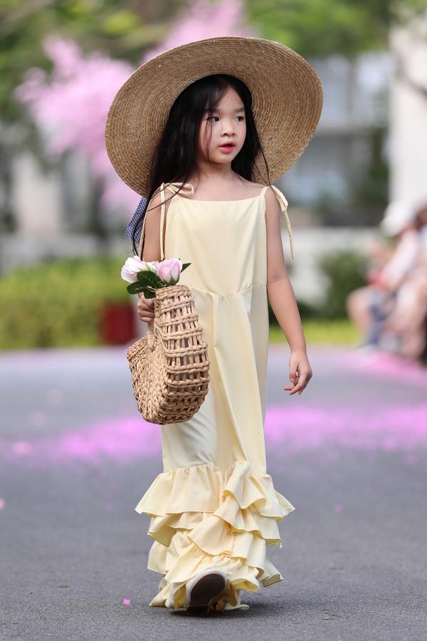 Bản sao Hồ Ngọc Hà, con gái Xuân Lan gây chú ý khi catwalk - 2