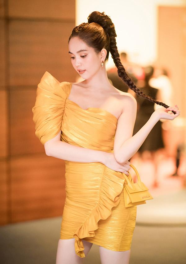 Đã lâu rồi mỹ nhân quê Trà Vinh mới để kiểu tóc tết bím và trang điểm theo phong cách cá tính.