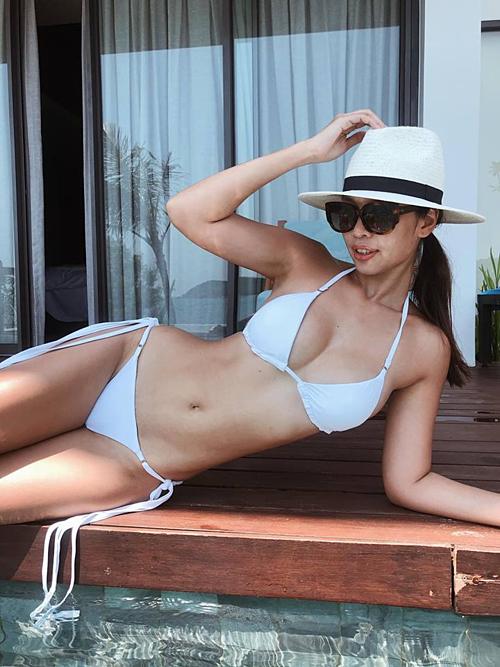 Hà Anh gợi cảm với bikini khi nghỉ dưỡng tại một resort ở Quy Nhơn: Mang tiếng siêu mẫu nên phải cố hóp để mặc áo bikini tự thiết kế đấy.