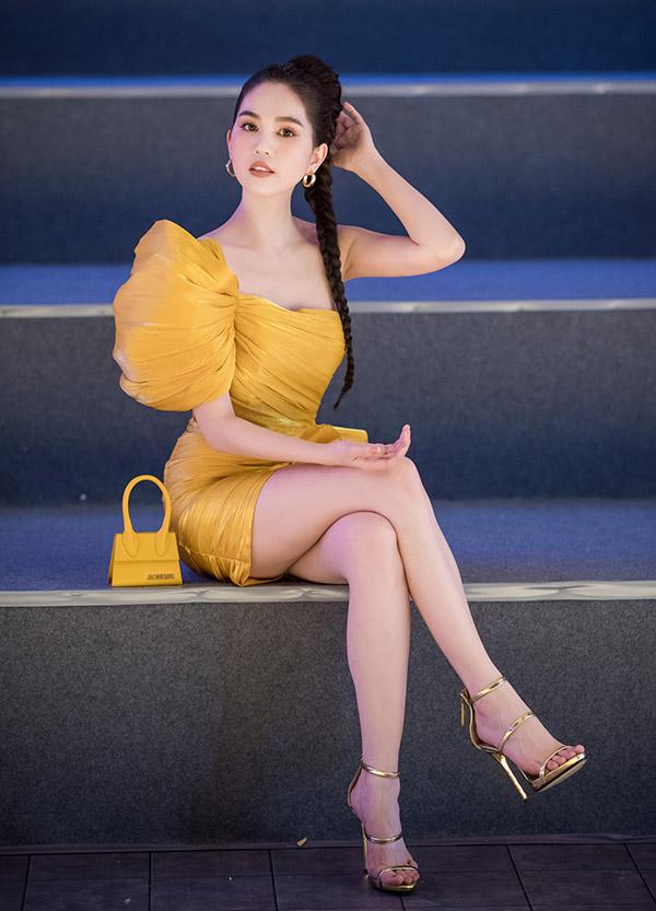 Ngọc Trinh đến sớm và được xếp ngồi hàng ghế đầu theo dõi show thời trang tối 6/4.