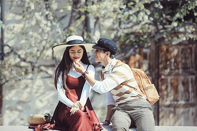 Khoảnh khắc dễ thương của Á hậu Phương Nga và bạn trai diễn viên Bình An. Trai phố gặp gái ngố ở quê,mà em là con nhà lành đấy nhá, Phương Nga dí dỏm chú thích.