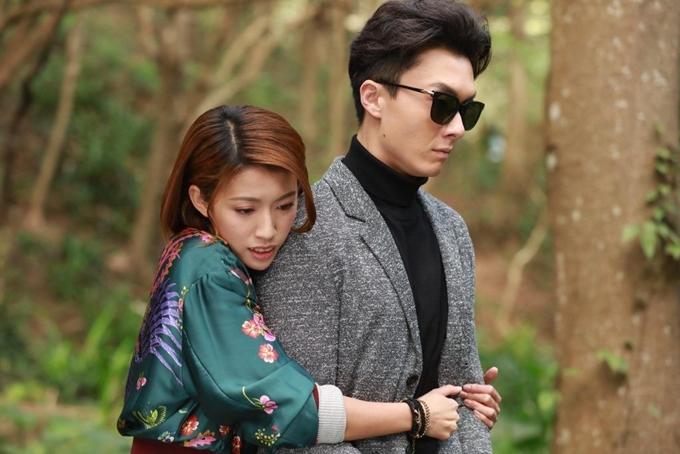 Thái Tư Bối đóng vai cô gái răng hô giỏi võ, làm trợ lý của luật sư mù do Vương Hạo Tín thể hiện trong phim Vượt qua ranh giới.