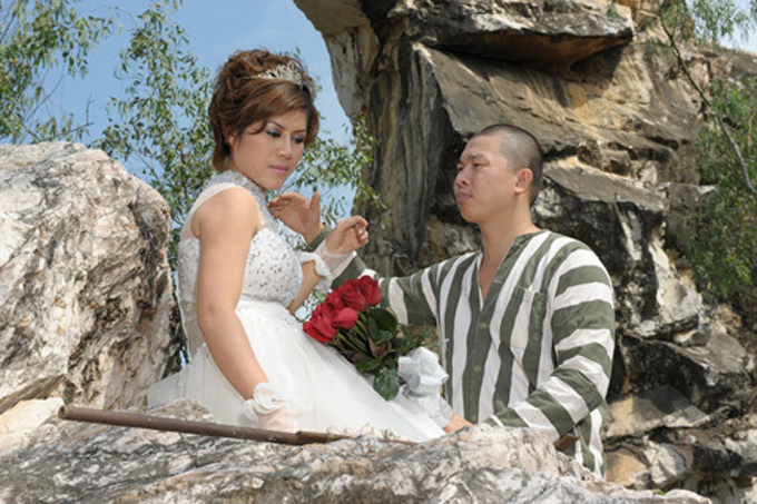 Diễn viên Hải Anh từng gây sốt với bộ ảnh cưới trong trang phục tù nhân năm 2010. Chia sẻ về ý tưởng bộ ảnh này, Hải Anh cho hay trang phục gợi nhớ cho người xem về vai diễn của anh trên phim truyền hình. Đồng thời, đây còn là sự ngụ ý rằng anh vĩnh viễn trở thành tù nhân của cô dâu Minh Nguyệt trong nhà giam đầm ấm mang tên gia đình.Bộ ảnh được thực hiện ở Tam Đảo. Uyên ươngtổ chức đám cướingày 25/2/2010 ở Hà Nội.