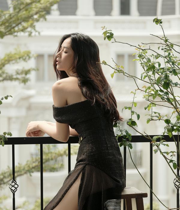 Váy trễ vai được kết hợp hài hòa chất liệu vải tweed mỏng, vải lưới để tôn nét sexy cho người mặc. Đồng thời phần thân được cắt ráp tỉ mỉ nhằm tôn vòng eo thon gọn.