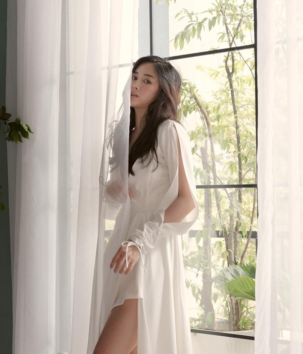 Váy đi tiệc mùa hè được xây dựng trên chất liệu lụa trắng. Những đường cắt xẻ sắc nét được nhà mốt áp dụng để mang tới dáng vẻ mới cho các kiểu đầm liền thân.