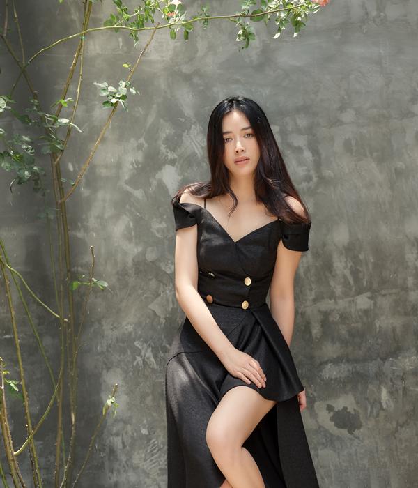 Màu hè luôn đánh dấu sự lên ngôi của trang phục trễ vai. Vì thế, Nguyễn Hà Nhật Huy đã khéo léo áp dụng xu hướng thịnh hành trong các thiết kế của mình.