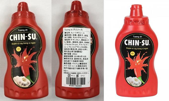 Tương ớt bị Nhật Bản thu hồi (bìa trái vàthứ hai từ trái) và tương ớt Chin-su bày bán ở Việt Nam. Ảnh:city.osaka.lg.jp, Tiki.