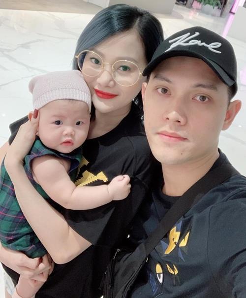 Vợ chồng Thảo Ngọc bên con gái Chaiko, 5tháng tuổi(Trong ảnh là lúc bé khoảng 4tháng tuổi).
