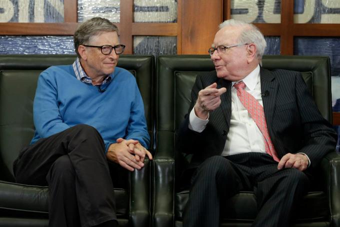 Tương tự, Buffett cũng không muốn gặp Gates. Trong lúc chúng tôi lái xe đến đó, tôi nói: Chúng ta sẽ làm gì cả ngày với những người này? Chúng ta phải ở lại bao lâu để tỏ ra lịch sự?, Buffett nhớ lại sau nhiều năm. Vượt qua sự ngỡ ngàng ban đầu, hai người đàn ông đã nhanh chóng trở nên hợp cạ. Gates nhớ lại ấn tượng đầu về những câu hỏi của Buffett như: Nếu bạn là người gây dựng IBM từ đầu, nó sẽ trông khác như thế nào?. Còn Gates nói với Buffett hãy mua cổ phần tại Intel và Microsoft. Đó là sự khởi đầu của một tình bạn sâu sắc và cố vấn lẫn cho nhau. Ảnh: Jeff Christensen/Reuters.