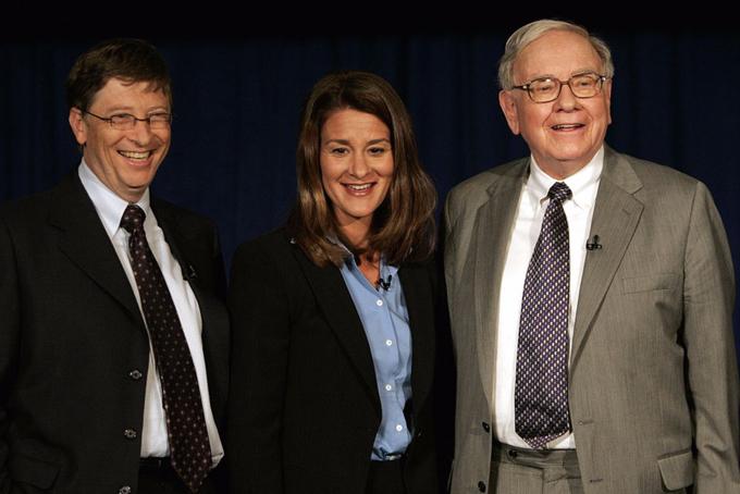 [CaptioHọ thường cùng tham gia các hoạt động liên quan đến chính trị và từ thiện. Vào năm 2010, Gates và Buffett, cùng với vợ của Gates - bà Melinda, đã sáng lập cam kết từ thiện Giving Pledge. Các tỷ phú đăng ký cam kết đều phải cho đi hơn một nửa số tài sản của họ.