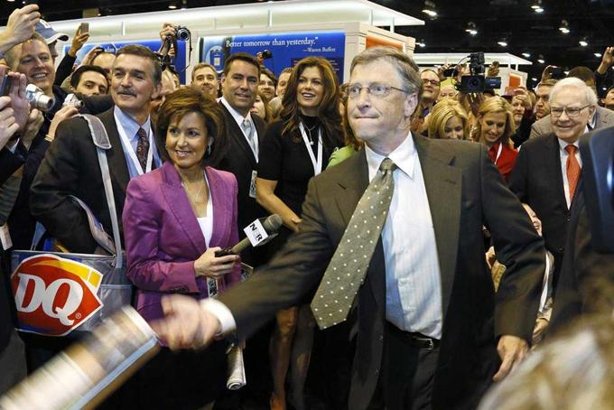 Hai vị tỷ phú này cũng có chung nhiều sở thích. Hình ảnhBill Gates và Warren Buffetttham gia vào thử thách ném báo tại đại hội cổ đông thường niên của Berkshire Hathaway thường diễn ra hàng năm.