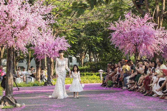 Ngoài vai trò người sáng lập, đạo diễn catwalk... Xuân Lan còn bất ngờ xuất hiện trên sàn diễn thời trang cùng con gái.