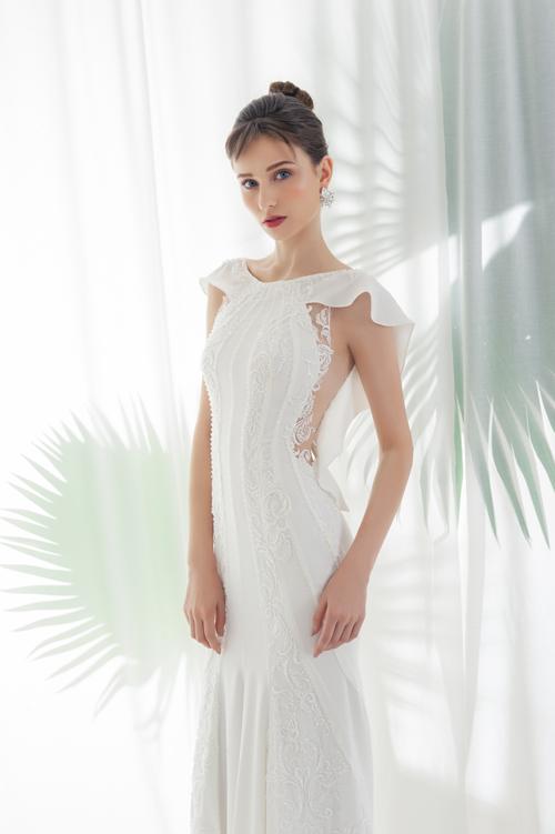 Thiết kế váy cưới chứ đựng sự sáng tạothể hiện qu khoảng hởtừ cầu vi đến ngng eo và điểm ren nữ tính.