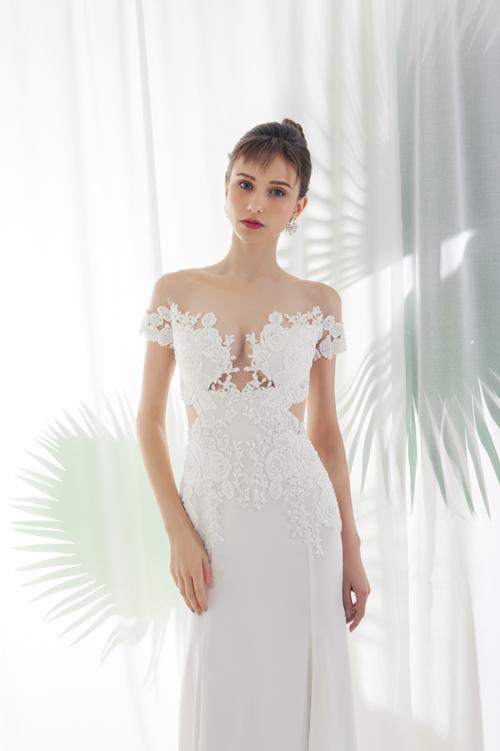Khi phác thảo mẫu váy cưới, NTK đều tính toán kỹ lưỡng tất cả góc độ củ váy cưới, tạo sự hò hợp hoàn hảo từ mặt trước đến mặt lưng váy.