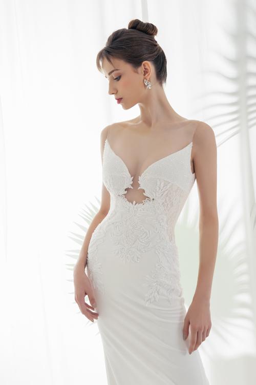 Phần thân trên củ váy được thiết kế ôm bó sát với những đường cắt xẻ tinh tế, thể hiện sự quyến rũ củ khuôn ngực, vòng eo thon cùng đường cong chữ S gợi cảm củ nàng dâu.
