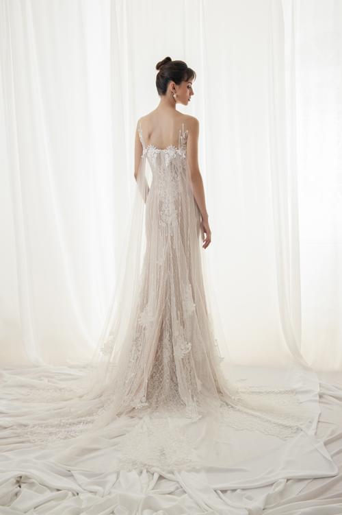 Làn von mỏng đính phí su lưng váy đem lại sự thướt th, by bổng, là điều mà cô dâu kiếm tìm trong trng phục dịp hỷ sự.