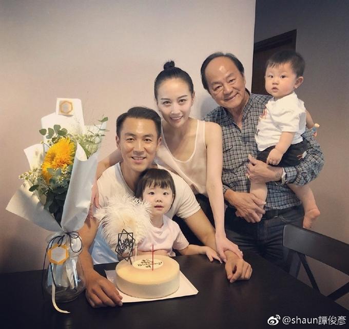 Đàm Tuấn Ngạn mừng sinh nhật cùng bố và vợ con năm 2018. Ảnh: Weibo.