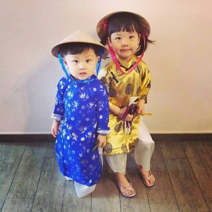 Hai con của Đàm Tuấn Ngạn mặc áo dài, đội nón lá Việt Nam. Ảnh: Instagram.