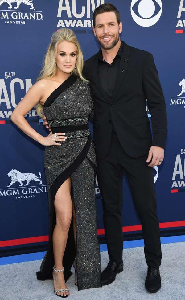 Nữ ca sĩ Carrie Underwood tham dự cùng ông xã Mike Fisher. Đây cũng là lần đầu Carrie tới thảm đỏ sau khi sinh con thứ hai hồi tháng 1.