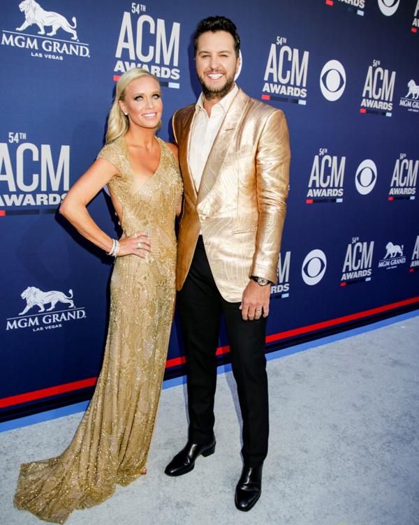 Giám khảo American Idol Luke Bryan rạng rỡ bên bà xã Caroline.