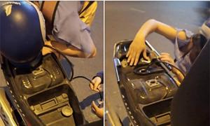 Cô gái cảm động khi xe máy hết xăng được người lạ giúp đỡ ở Sài Gòn