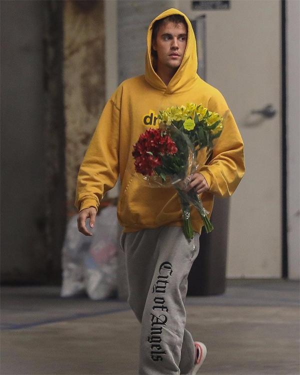 Vợ chồng Justin vừa tậu biệt thự 8,5 triệu USD ở Beverly Hills làm tổ ấm nên có lẽ anh muốn tặng hoa vợ để Hailey trang hoàng nhà mới.