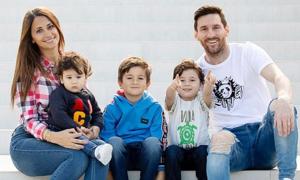 Con trai Messi mỗi bé một vẻ trong ảnh chụp cùng bố mẹ