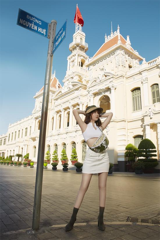 Ngọc Trinh khoe hình thể khỏe khoắn với áo crop-top, chân váy ngắn. Túi đeo chéo của Louis Vuitton được mix cùng bốt mũi nhọn và mẫu nón hợp mốt mùa hè.