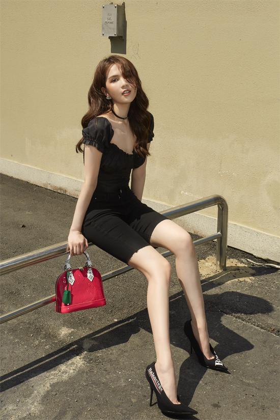 Không chọn quần biker short trên chất liệu thun dễ gây tai nạn khi mix đồ. Ngọc Trinh chọn trang phục jeans để phối cùng áo trễ vai, giầy cao gót Balenciaga. Trên tổng thể chứa nhiều sắc đen, cô nàng mix túi đỏ da bóng của Louis Vuitton để tạo điểm nhấn nổi bật.