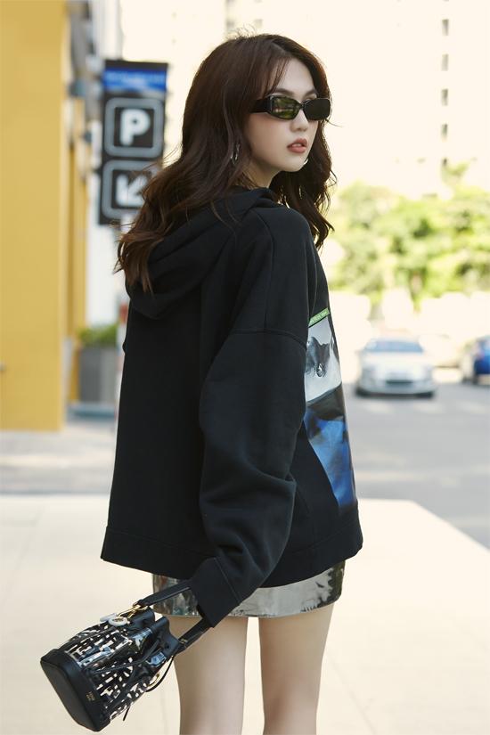 Túi xách Fendi, kính mắt hợp xu hướng được nữ diễn viên chọn lựa để hoàn thiện set đồ theo phong cách năng động, trẻ trung.