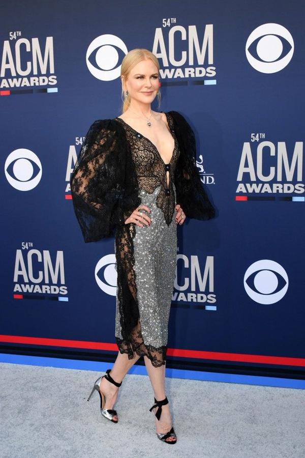 Nicole Kidman khoe dáng trong bộ đầm ren thương hiệu Christopher Kane trên thảm đỏ Academy of Country Music Awards tối chủ nhật. Ngôi sao Aquaman khiến người hâm mộ trầm trồ với nhan sắc trẻ trung, quyến rũ dù đã ngoài 50 tuổi.