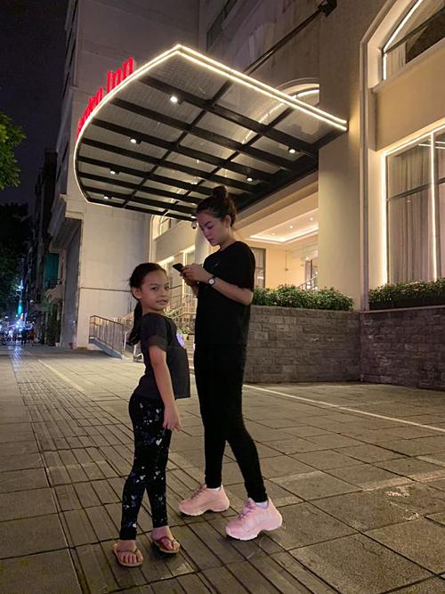 Con gái Phạm Quỳnh Anh sắp cao bằng mẹ, biết tạo dáng khi pose hình.