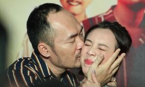 Tiến Luật hôn ép Thu Trang trước đám đông