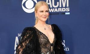 Nicole Kidman tự tin khoe vẻ gợi cảm tuổi 51