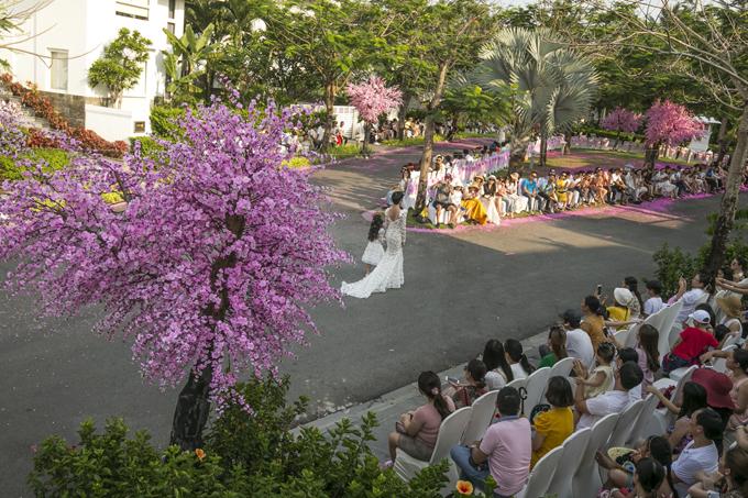Tuần Lễ Thời Trang Trẻ Em Việt Nam mùa xuân hè năm nay được tổ chức tại Đà Nẵng. Trong khuôn viên xanh mát của resort cao cấp, ban tổ chức đã trang trí những gốc đào để mang lại sự lãng mạn cho sàn diễn ngoài trời.