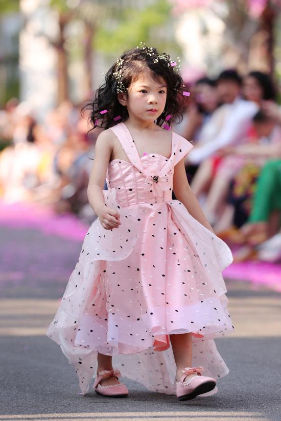 Đáp ứng nhu cầu chọn váy áo tham gia tiệc tùng cho các nhóc tỳ, Văn Thành Công tập trung khai thác các kiểu đầm công chúa, váy xòe xinh xắn.