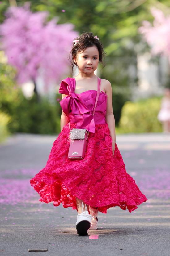 Váy đi tiệc dành cho các bé cũng được chăm chút về phần tạo khối, kết hợp các chất liệu ren, xuyên thấu và hoa nổi bắt mắt.