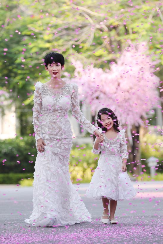 Siêu mẫu Xuân Lan và bé Thỏ đã cùng nhau làm nàng thơ mới của bộ sưu tập thời trang thiếu nhi của nhà thiết kế Văn Thành Công.